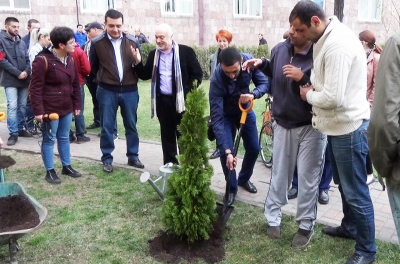 Ի հիշատակ իրենց զոհված մարտական ընկերների՝ Ապրիլյան պատերազմի հերոսները մշակույթի գործիչների հետ ծառ տնկեցին